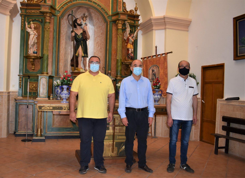 El Alcalde y el concejal de cultura junto al pte de la Hermandad de San Cristóbal
