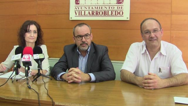 Imagen del Alcalde con la concejala de Bienestar Social y los representantes de la Asociación