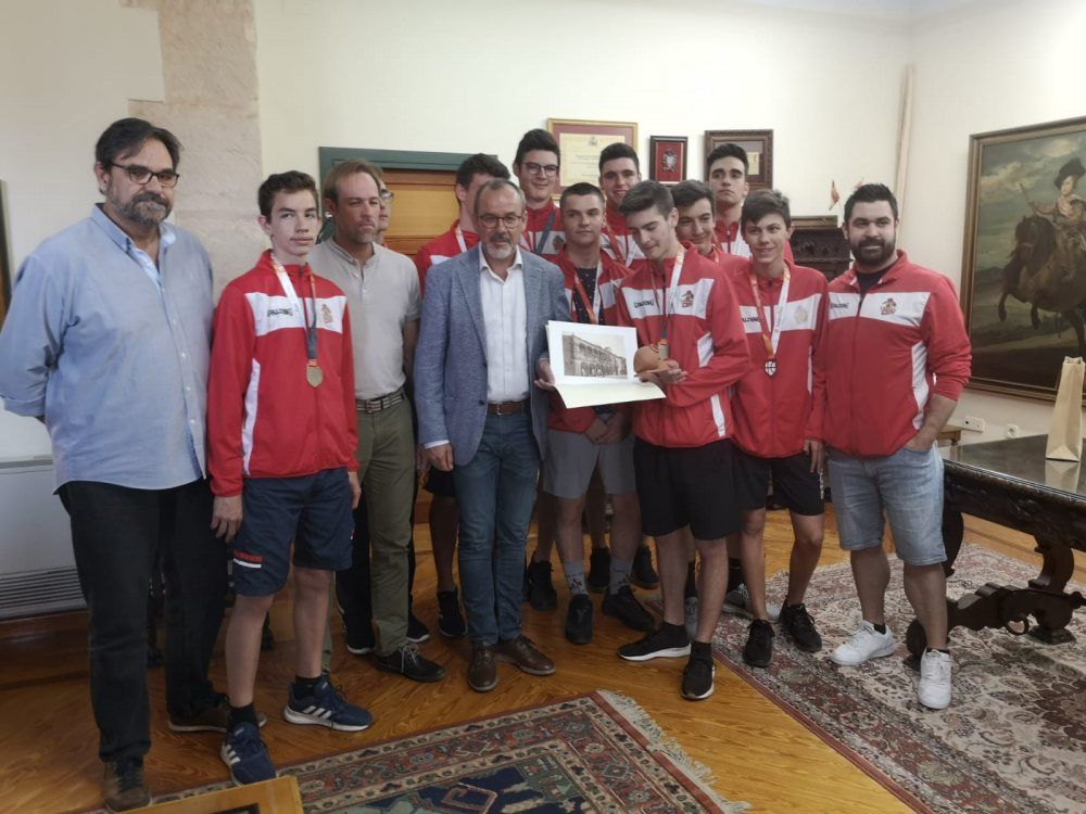 El alcalde recibe al equipo Junior del Club Baloncesto Villarrobledo