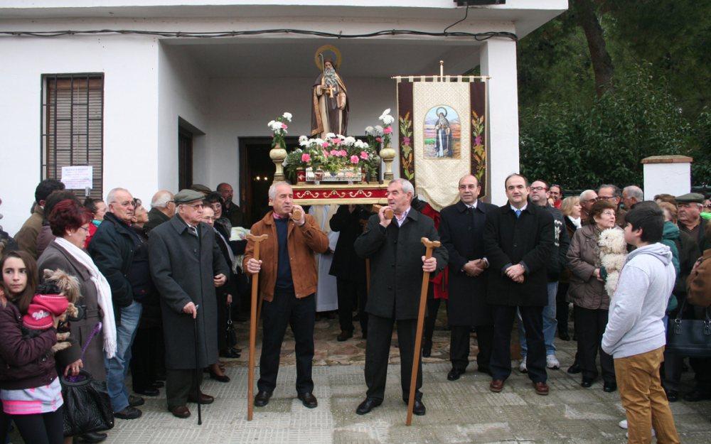 A la derecha del Santo, Manuel Laguía (Presidente de la Hermandad de San Antón) y Valentín Bueno (Alcalde).