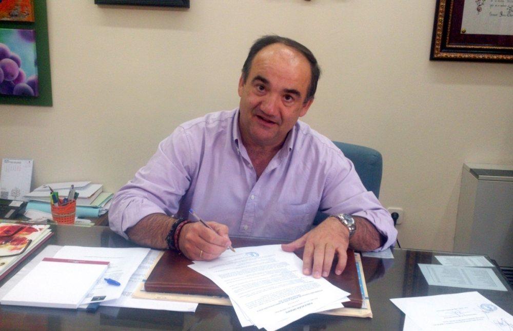 Valentín Bueno firma ordenanzas.