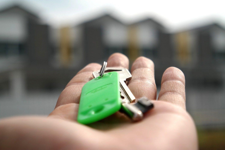 Imagen de una mano abierta que sostiene una llave