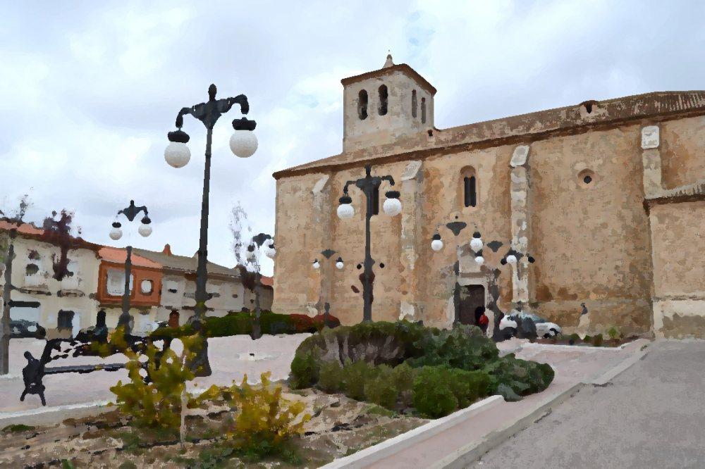 Foto de una plaza de un pueblo con una iglesia